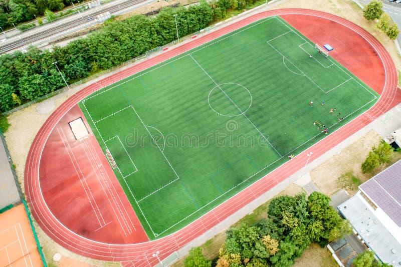 Flyg- sikt av stort sportar och fotbollfotbollfält i en by nära andernach koblenz neuwied i Tyskland royaltyfria bilder