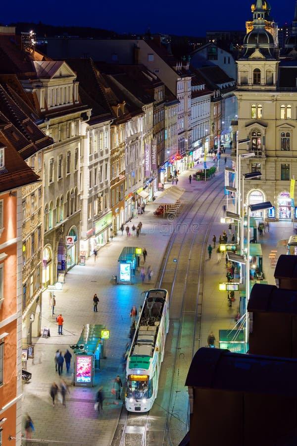 Flyg- sikt av strögen Herrengasse på natten, Graz, royaltyfri fotografi