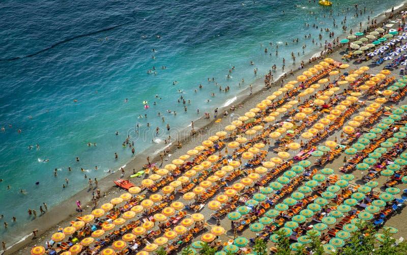 Flyg- sikt av stranden i Positano, Italien royaltyfri fotografi