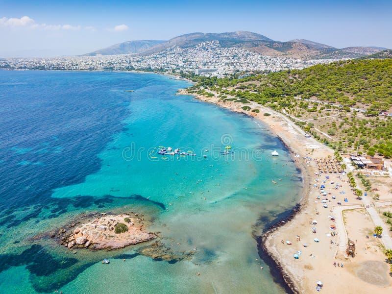 Flyg- sikt av stranden av Kavouri i södra Aten, Grekland royaltyfria foton