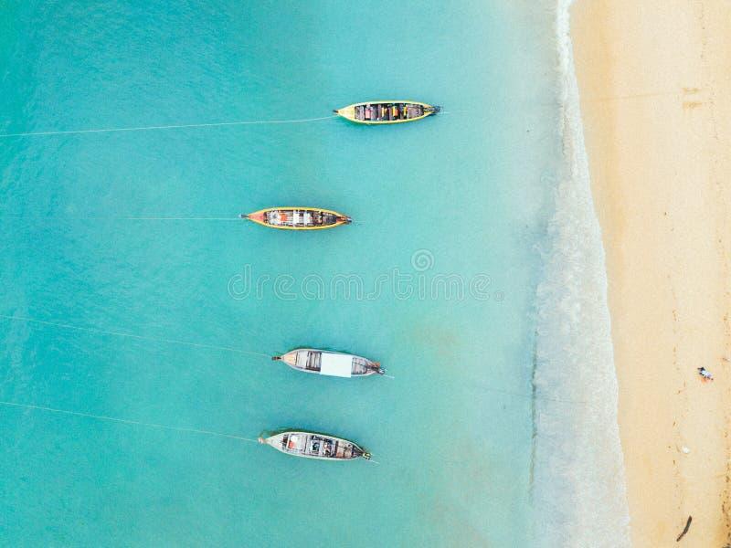 Flyg- sikt av stranden med fyra fartyg arkivbilder