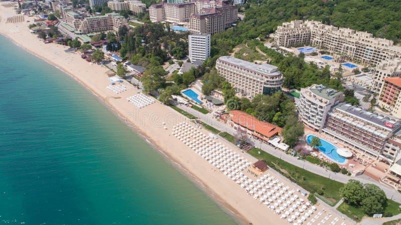 Flyg- sikt av stranden och hotellen i guld- sander, Zlatni Piasaci Populär sommarsemesterort nära Varna, Bulgarien royaltyfria bilder
