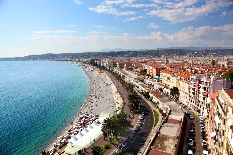 Flyg- sikt av stranden och promenaden av Nice en Frankrike arkivbilder