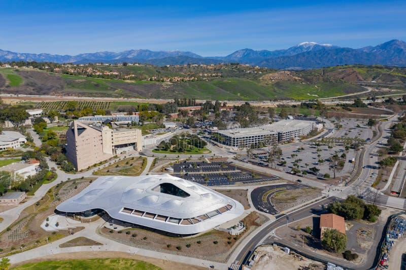 Flyg- sikt av studenten Services Building av den Cal Poly Pomona universitetsområdet royaltyfri fotografi