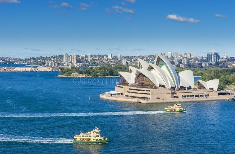 Flyg- sikt av Sydney Harbour, operahuset och färjor fotografering för bildbyråer