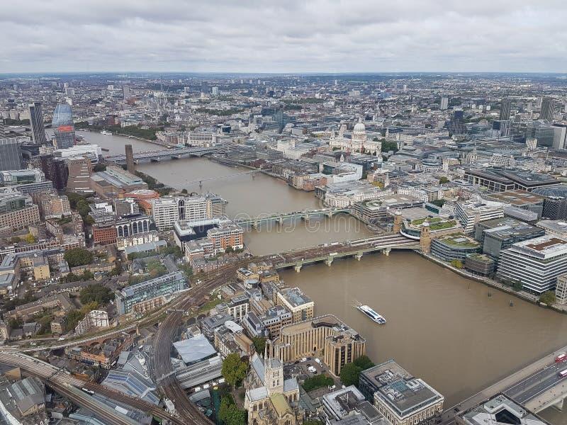 Flyg- sikt av Tate Modern milleniumbron och Stet Paul & x27en; s-domkyrka som tas från den berömda skärvan för värld royaltyfri bild