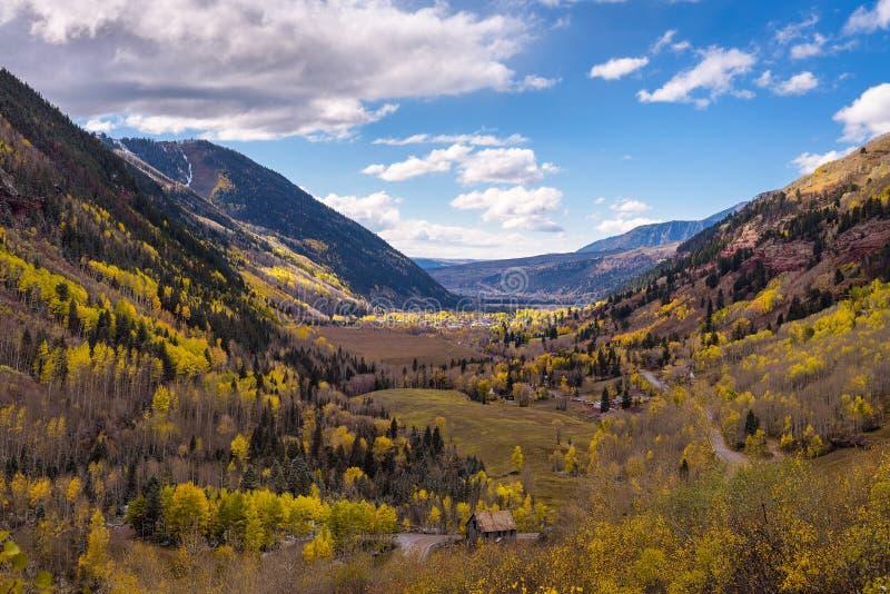 Flyg- sikt av Telluride, Colorado i höst royaltyfria bilder