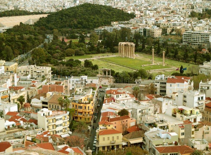 Flyg- sikt av templet av olympiska Zeus och bågen av Hadrian som sett från akropolen av Aten, Grekland royaltyfria bilder