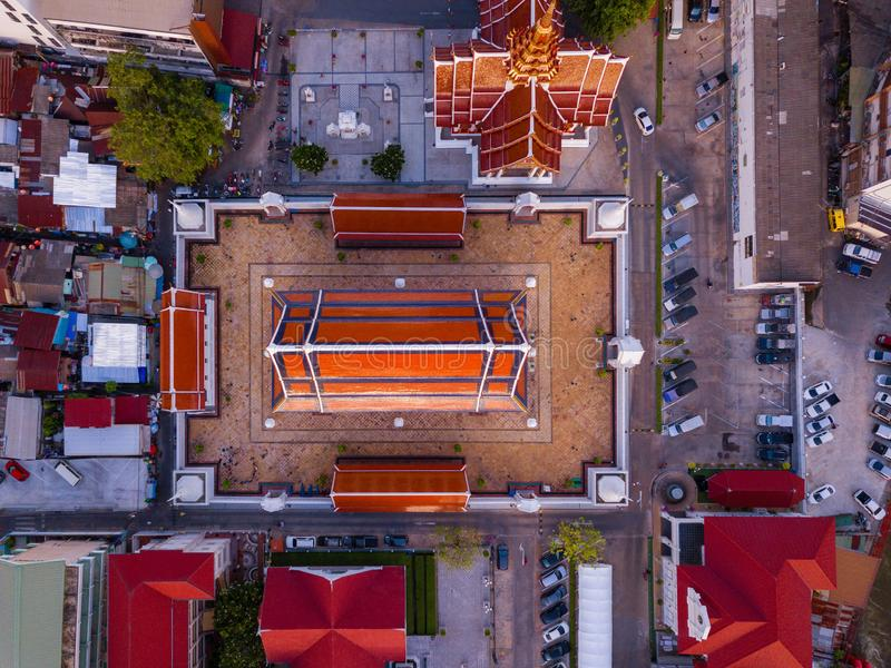 Flyg- sikt av templet, Wat Devaraj Kunchorn Worawihan, thailändska arkitekturer Stäng sig upp av röda tak Top besk?dar royaltyfri bild