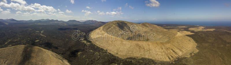 Flyg- sikt av Timanfaya, nationalpark, CalderaBlanca, panoramautsikt av volcanoes Lanzarote kanariefågelöar, Spanien royaltyfria foton