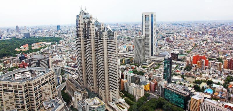 Flyg- sikt av Tokyo med upptagna vägar och kontorsbyggnader royaltyfri foto