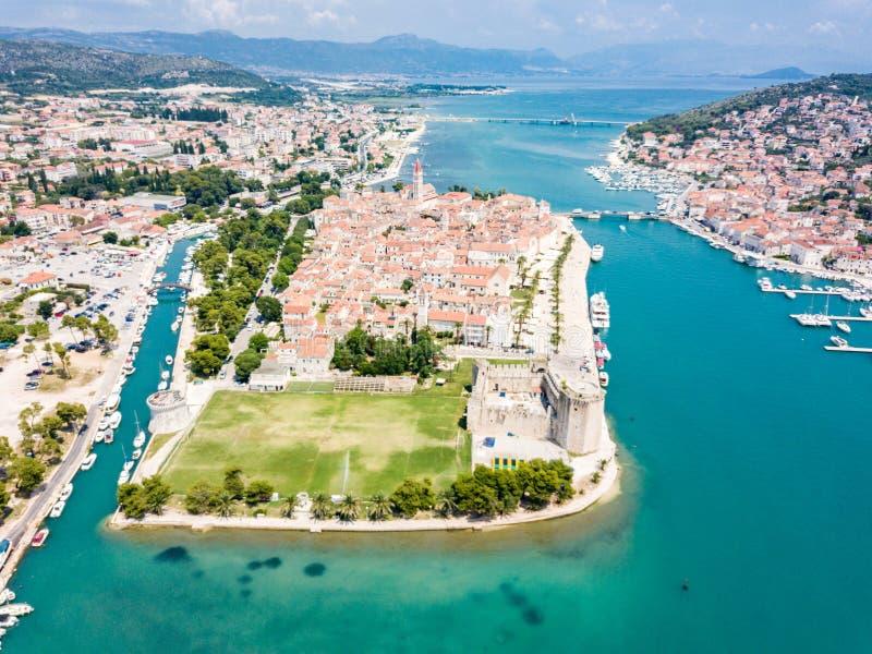 Flyg- sikt av touristic gamla Trogir, den historiska staden p? en liten ? och hamn p? den Adriatiska havet kusten i Dela-Dalmatia royaltyfri fotografi