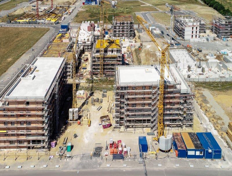 Flyg- sikt av tre stora skalbyggnader för byggnader med andelslägenheter för invånarna av en tysk industriell stad royaltyfri foto