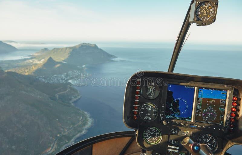 Flyg- sikt av uddestaden från en helikoptercockpit arkivbilder