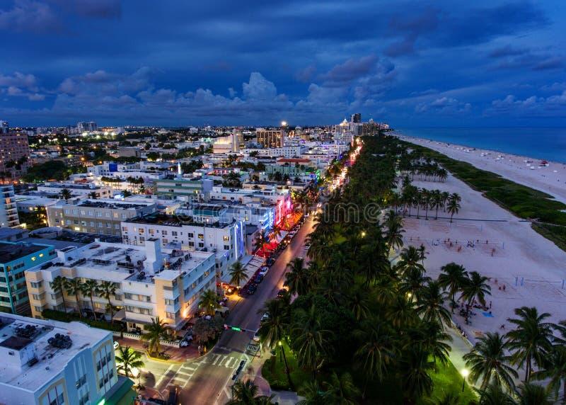 Flyg- sikt av upplyst havdrev och den södra stranden, Miami, Florida, USA royaltyfri bild