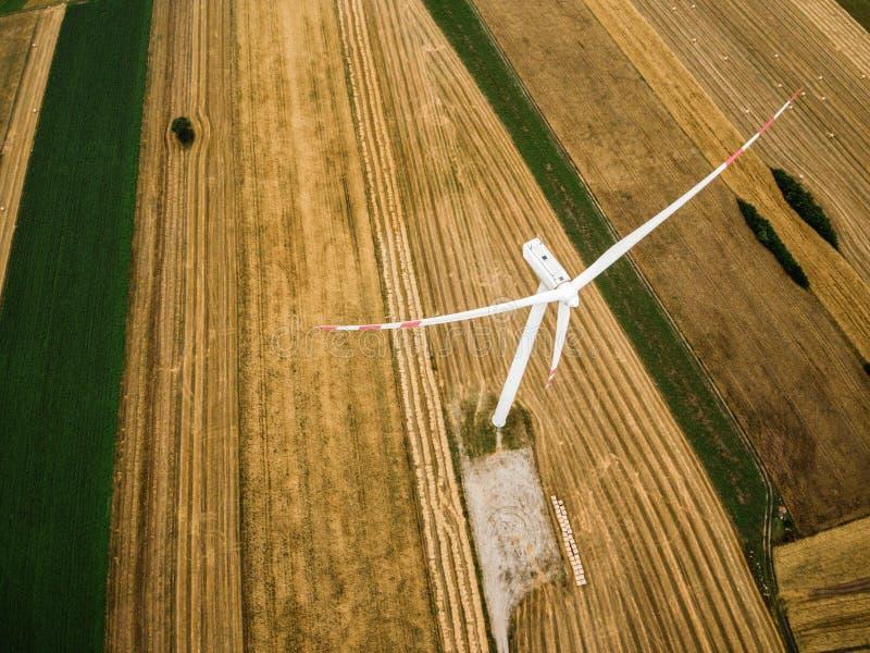 Flyg- sikt av väderkvarnen från över arkivfoto