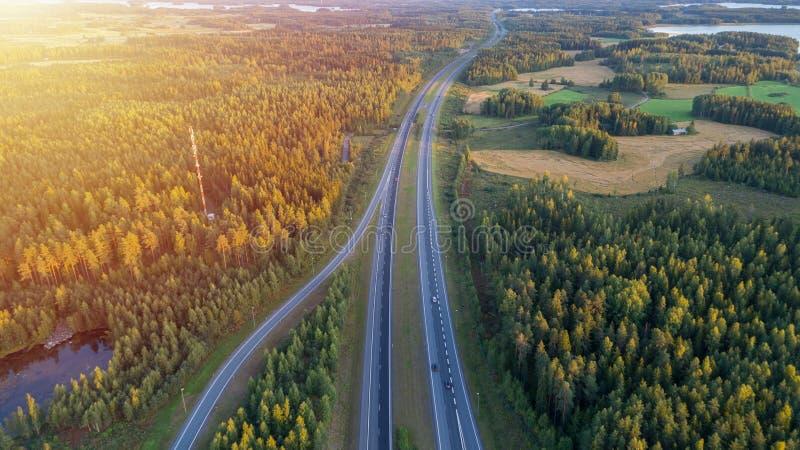 Flyg- sikt av vägen till och med bygd och kultiverat fält arkivfoton