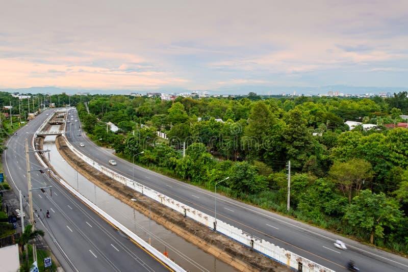 Flyg- sikt av vägen till stads- och bevattningkanalen royaltyfri foto