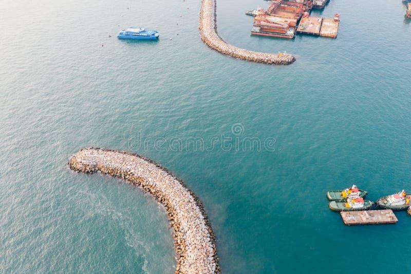Flyg- sikt av vågbrytaren av port royaltyfri bild