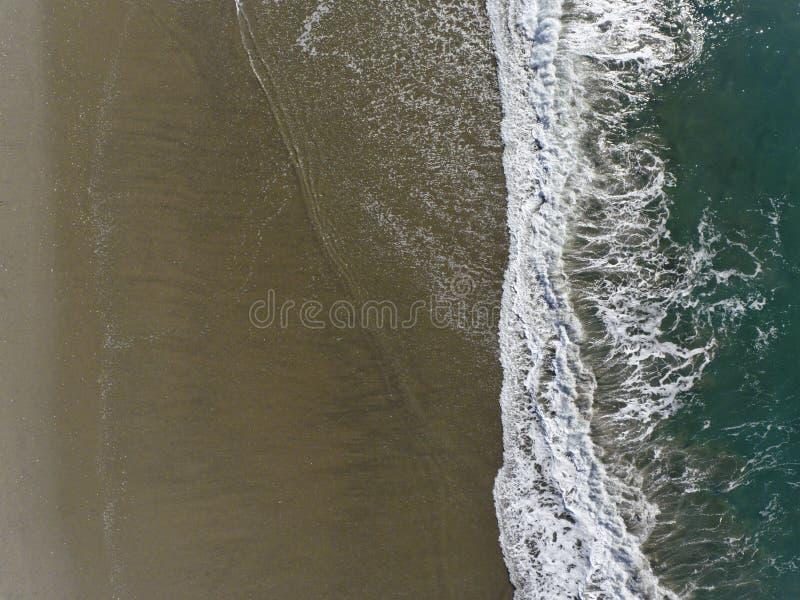 Flyg- sikt av vågor på kust arkivfoton