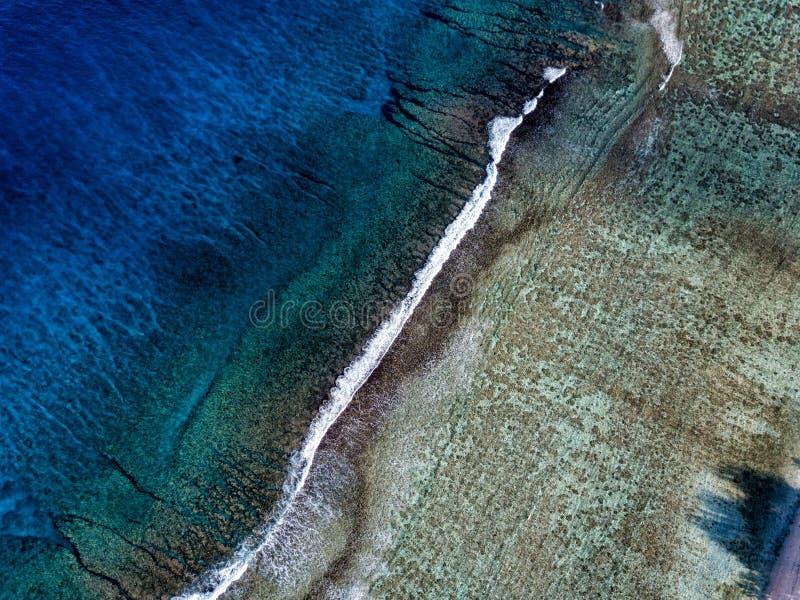 Flyg- sikt av vågor på reven av Polynesien kocköar royaltyfria foton