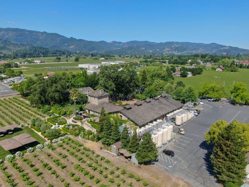 Flyg- sikt av V Sattui vinodling och detaljist, Saint Helena, Napa Valley, Kalifornien, USA royaltyfri fotografi