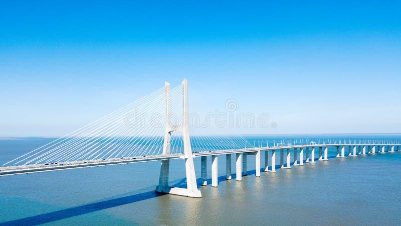 Flyg- sikt av Vasco da Gama Bridge And High biltrafik i den Lissabon staden arkivfoton