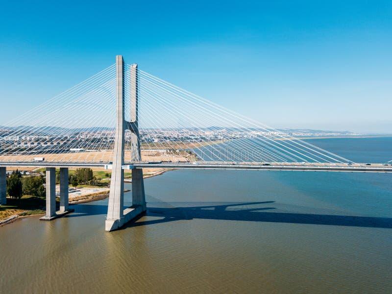 Flyg- sikt av Vasco da Gama Bridge And High biltrafik i den Lissabon staden royaltyfria bilder