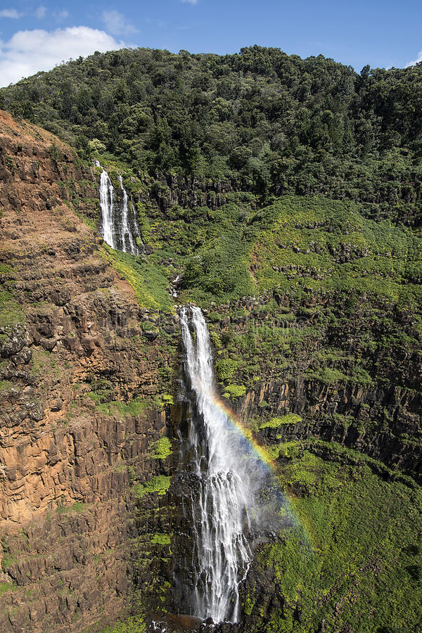 Flyg- sikt av vattenfallet i den Waimea kanjonen, Kauai, Hawaii arkivfoto