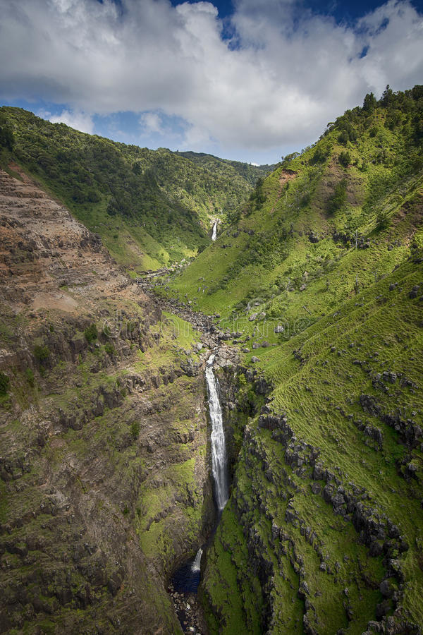 Flyg- sikt av vattenfallet i den Waimea kanjonen, Kauai, Hawaii royaltyfri bild