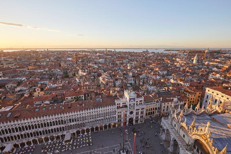 Flyg- sikt av Venedig med den St Mark fyrkanten på solnedgången, Italien royaltyfria foton