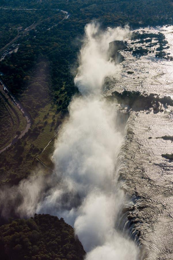 Flyg- sikt av Victoria Falls som skapar sprej royaltyfri foto