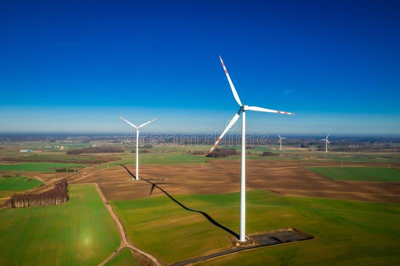Flyg- sikt av vita vindturbiner som ren energi royaltyfri fotografi
