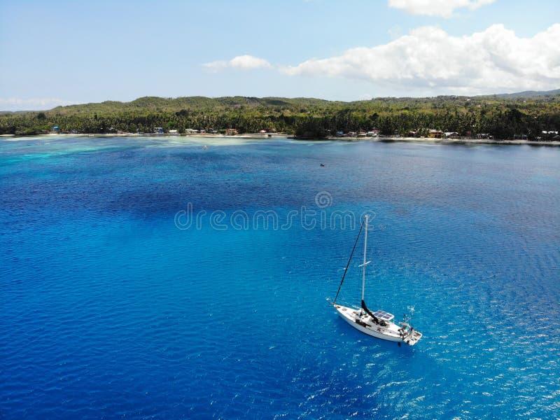Flyg- sikt av yachten framme av den Siquijor ön, Filippinerna royaltyfri fotografi