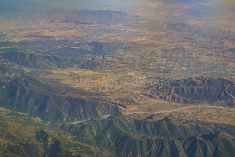 Flyg- sikt av Yucaipa, Cherry Valley, Calimesa, sikt från windo arkivbild