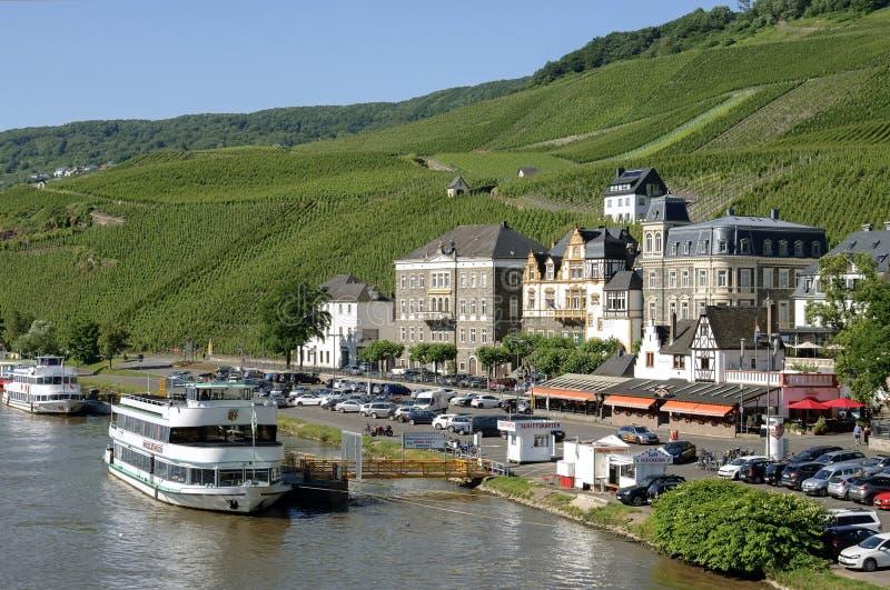 Flyg- sikt Bernkastel med vingårdar på Mosellen arkivfoto