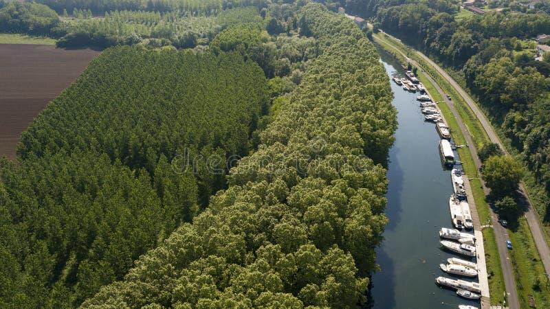 Flyg- sikt Canal du Midi på Castets i Dorthe och fartyg, Gironde fotografering för bildbyråer