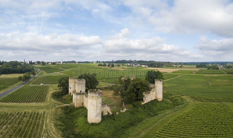 Flyg- sikt Chateau de Budos och vetefält i sommar fotografering för bildbyråer