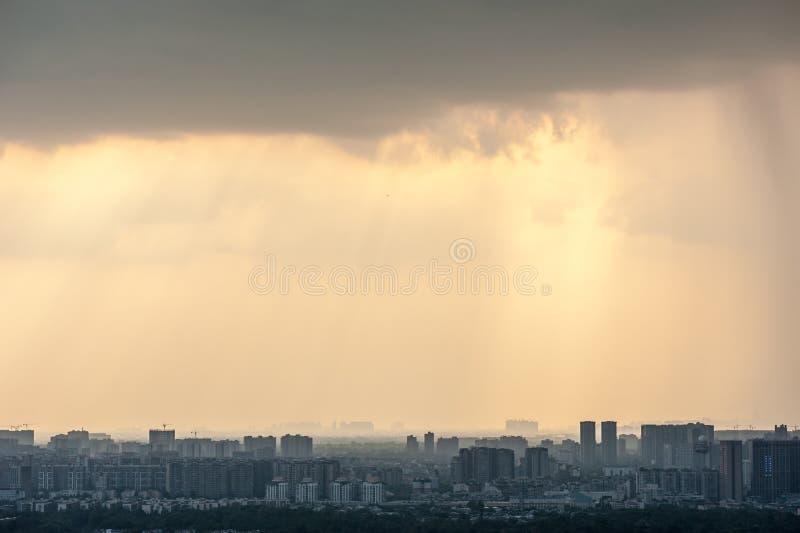 Flyg- sikt för Chengdu horisont med en dramatisk himmel arkivfoto