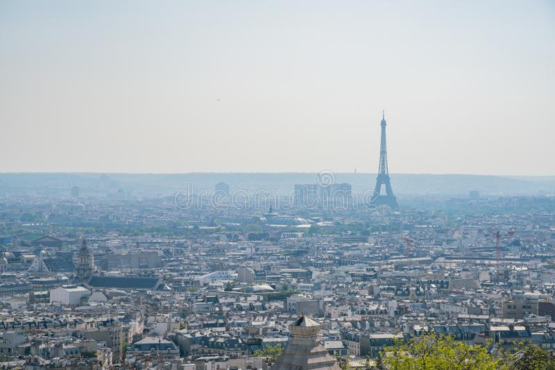 Flyg- sikt för eftermiddag av den berömda Eiffeltorn och den i stadens centrum citypscapen royaltyfria foton