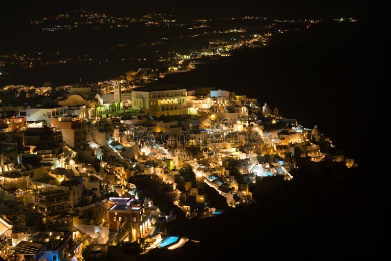 Flyg- sikt för Fira stad på nattetid, Santorini royaltyfri foto