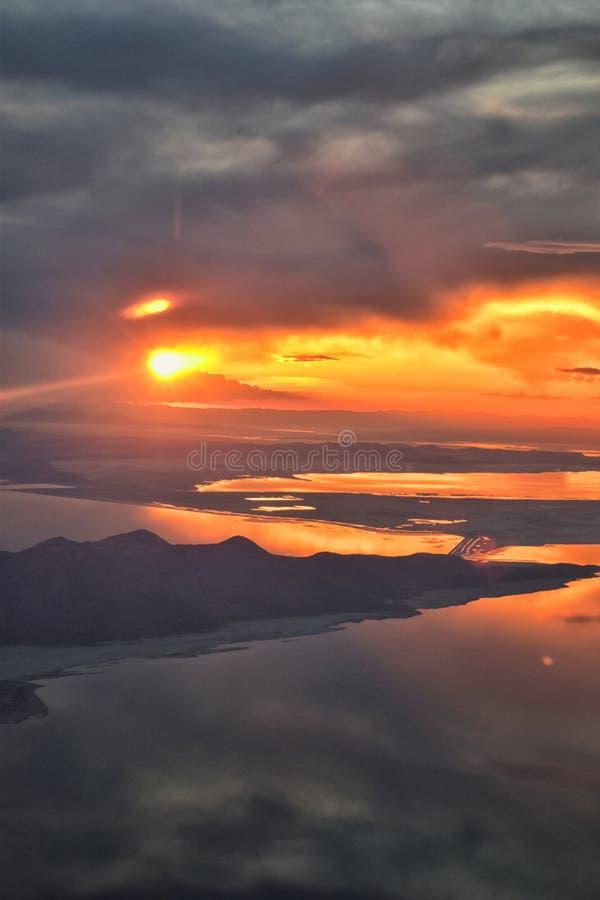 Flyg- sikt för Great Salt Lake solnedgång från flygplanet i Wasatch Rocky Mountain Range och att sopa cloudscape och landskapet U arkivbild