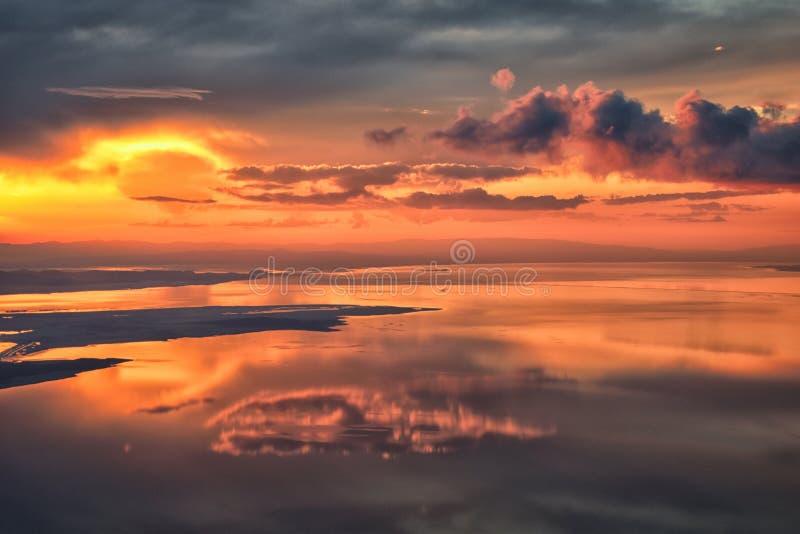 Flyg- sikt för Great Salt Lake solnedgång från flygplanet i Wasatch Rocky Mountain Range och att sopa cloudscape och landskapet U fotografering för bildbyråer