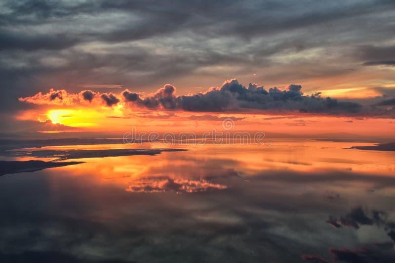 Flyg- sikt för Great Salt Lake solnedgång från flygplanet i Wasatch Rocky Mountain Range och att sopa cloudscape och landskapet U royaltyfri fotografi