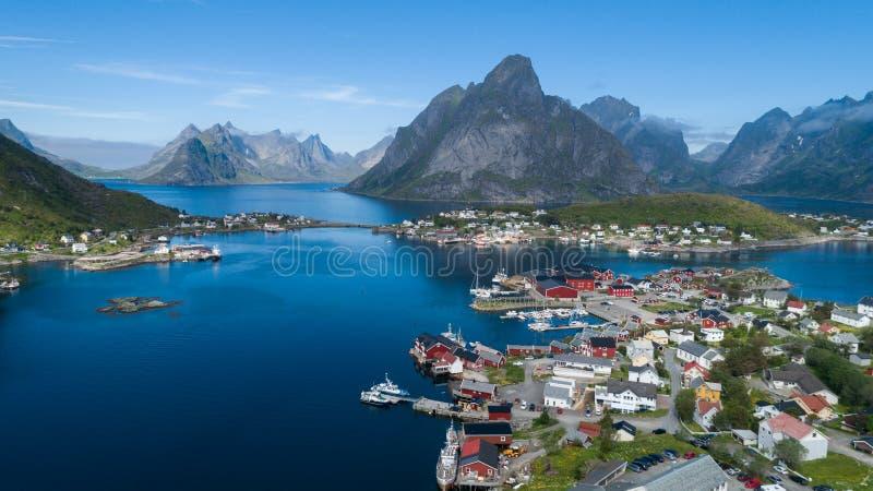 Flyg- sikt för härlig sommar av Reine, Norge, Lofoten öar, med horisont, berg, berömt fiskeläge med rött fiska c royaltyfria foton