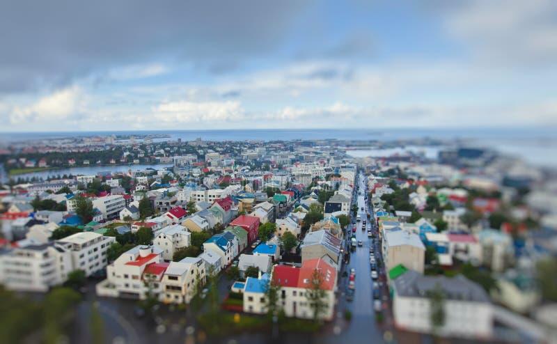 Flyg- sikt för härlig toppen bred vinkel av Reykjavik, Island med hamn- och horisontberg och landskap utöver staden, sett f arkivbilder
