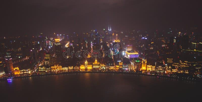 Flyg- sikt för härlig toppen bred vinkelnatt av Shanghai, Kina med Waitan, bunden och landskap utöver staden som ses från nollan arkivfoto