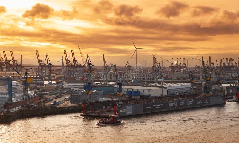 Flyg- sikt för Hamburg port på solnedgången royaltyfri bild