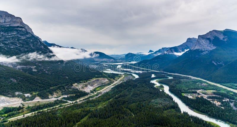 Flyg- sikt för helikopter av den Banff nationalparken arkivbild