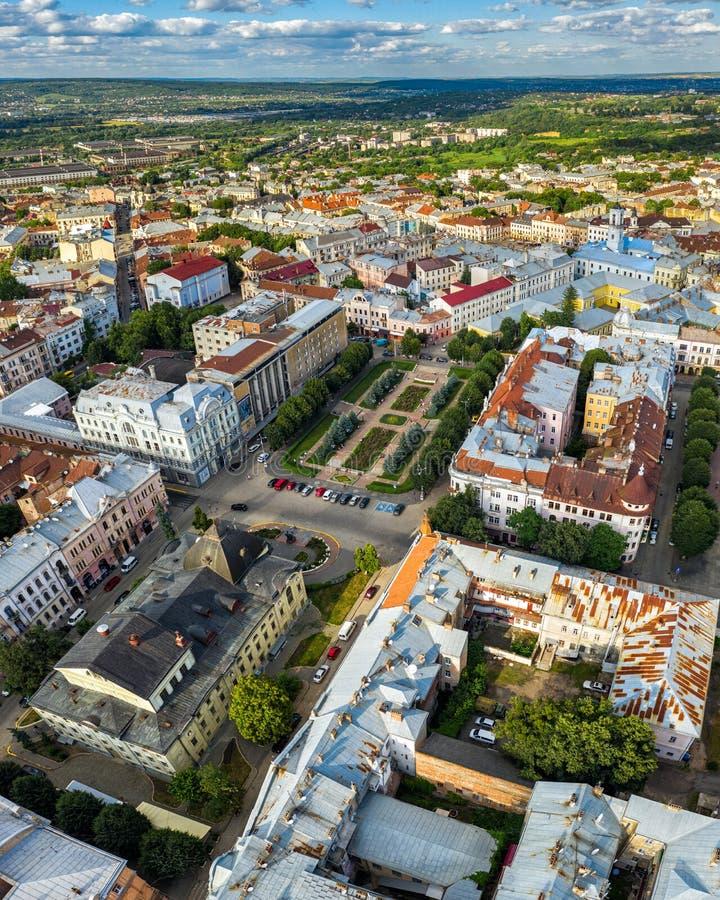 Flyg- sikt för liten provinsiell europeisk stadsstad, Chernivtsi Ukraina arkivfoto
